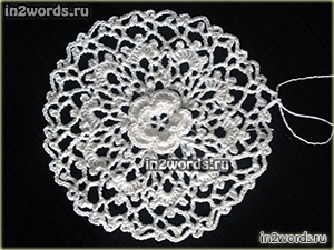 Мотив цветка с листиками в ажурном круге. Вязание крючком.