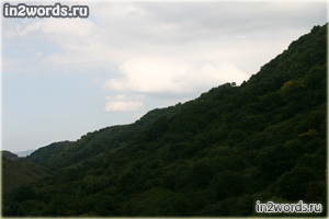 Пейзажи горных лугов, леса, ущелья и скал в предгорьях Кавказа. Россия.