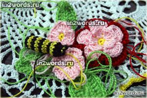 Пчела на цветке с листьями. В стиле амигуруми. Вязание крючком.