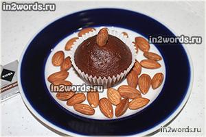 Рецепт быстрых пористых шоколадных маффинов на сметане в бумажных формах для кексов.