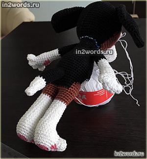 Собака с большими ушами с намеком на породу бигль. Вязание крючком.