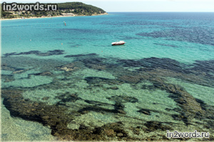Береговая линия Греции. Прозрачная вода, небольшие пляжи и немного архитектуры.